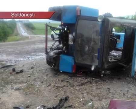 Nu a cedat în intersecție și a distrus tractorul