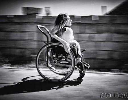 Viața din scaunul cu rotile: o lecție de independență