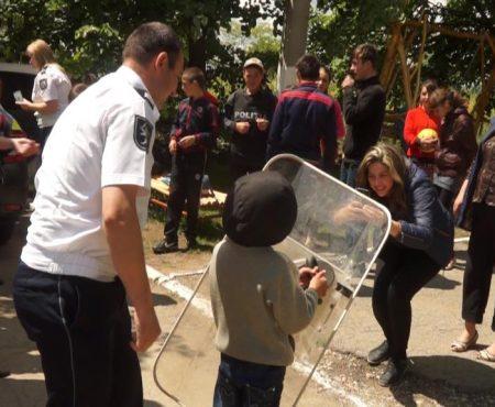 La Poiana, copiii au măsurat cătușele pe colegii săi