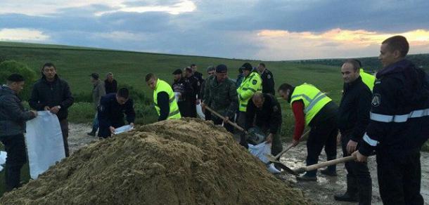 Gospodăriile inundate în Leova şi Hînceşti, ajutate de poliție