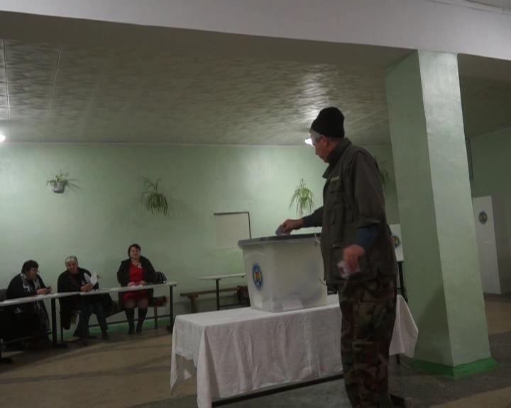 Au început votarea în întuneric