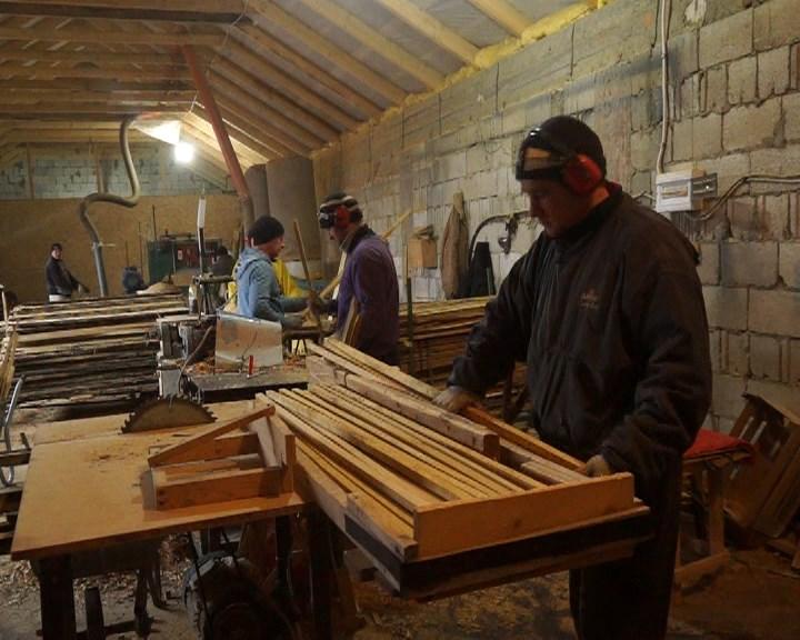 MOLDOVA+  Strâmtorat acasă de restricții la export, și-a mutat afacerea cu lemn în România