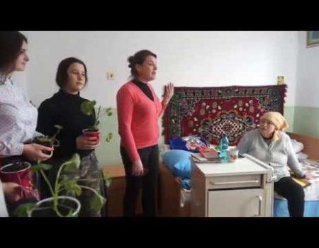 De FLORII, voluntarii vin cu flori la azilul din Șoldănești