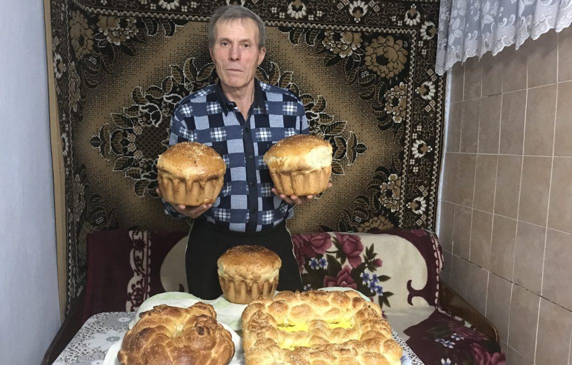 Tata pâine, pască și colaci ne coace