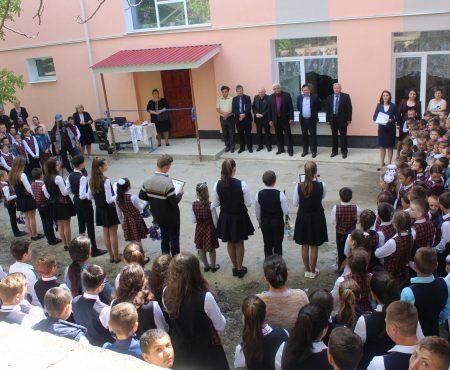 Școlile din Olișcani și Cotiujenii Mari - în straie noi