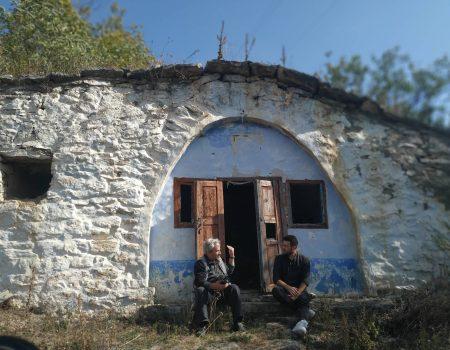 TUR-RETUR: La Rogojeni, oamenii mai trăiesc în bordee