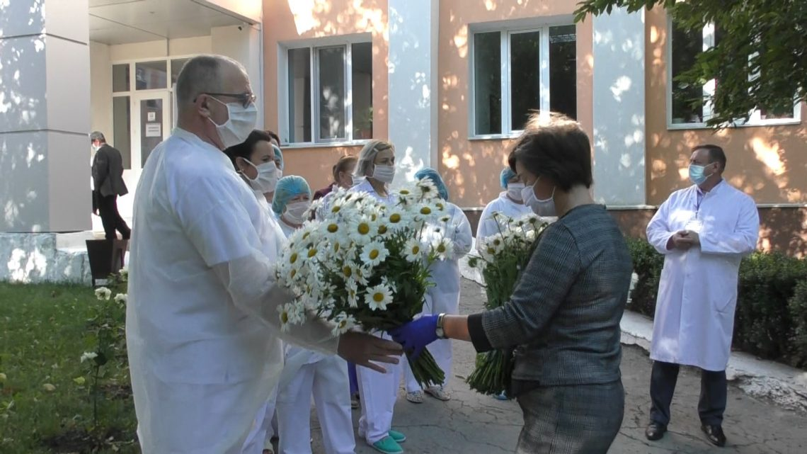 Flori și plecăciuni pentru eroii nostri, străjeri ai sănătății noastre